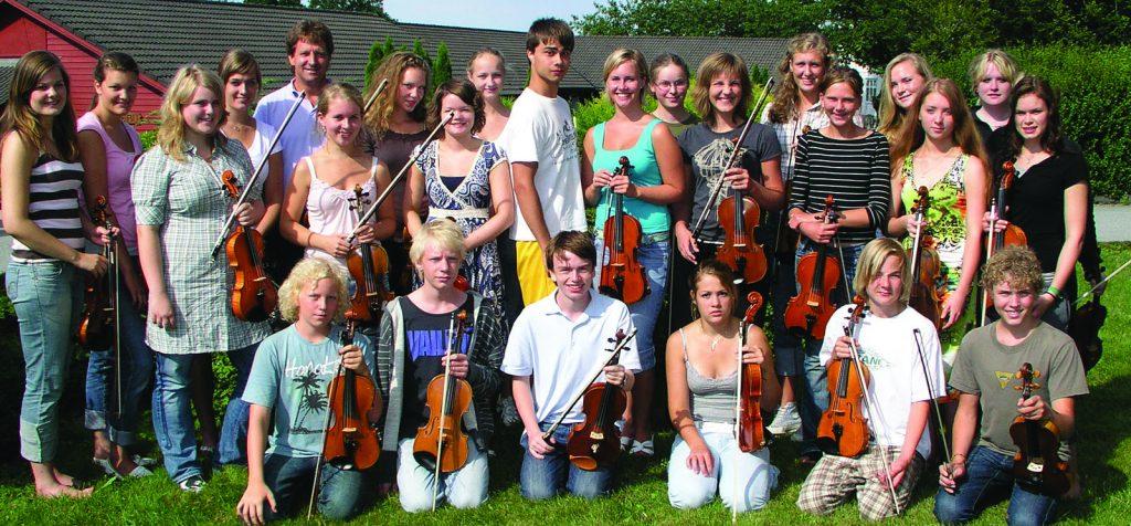 Glade fiolinister med lærer Alexander Rybakk i midten