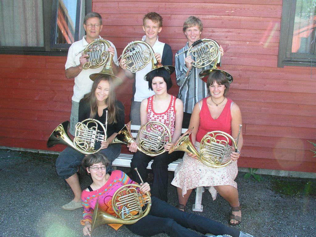 Seks glade hornister med deres lærer.