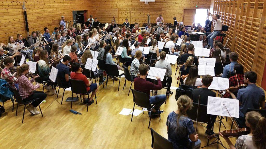 90 musikanter i en gymsal.